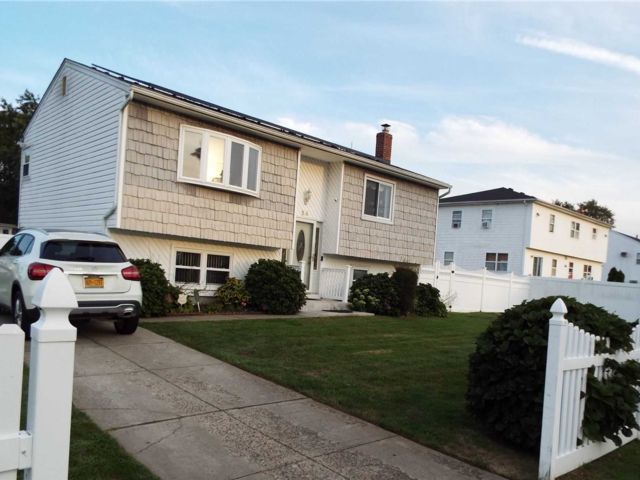 4 BR,  3.00 BTH Hi ranch style home in Amityville