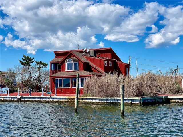 3 BR,  3.00 BTH  Contemporary style home in Captree Island