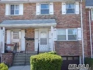 3 BR,  3.00 BTH  Townhouse style home in Douglaston
