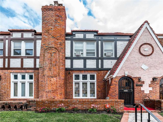 3 BR,  3.00 BTH Tudor style home in Laurelton