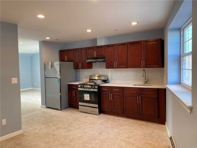 5 BR,  2.00 BTH  Apt in bldg style home in Longwood