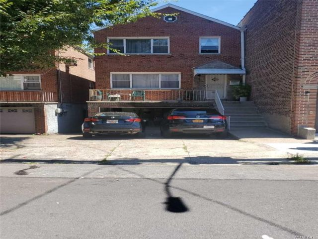5 BR,  3.00 BTH  2 story style home in Mosholu