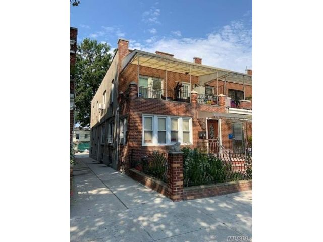 6 BR,  4.00 BTH Other style home in Jackson Heights