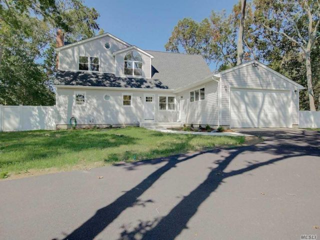 7 BR,  4.00 BTH  Colonial style home in Holtsville