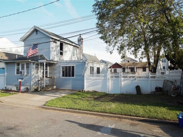 2 BR,  2.00 BTH  Colonial style home in Baldwin
