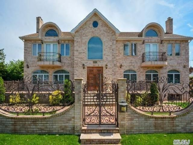 7 BR,  7.00 BTH Colonial style home in Forest Hills