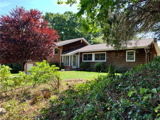 3 BR,  3.00 BTH Split ranch style home in Sea Cliff