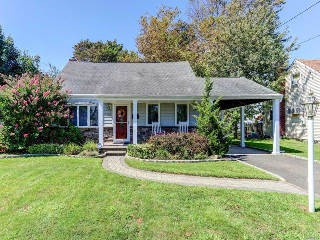 4 BR,  2.00 BTH  Cape style home in North Babylon