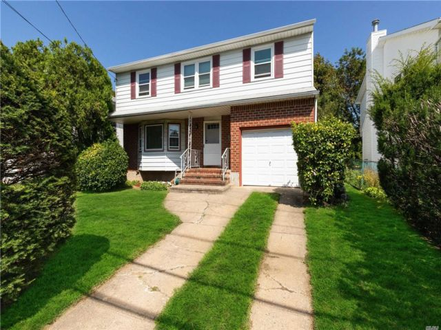 4 BR,  3.00 BTH  Colonial style home in Greenvale