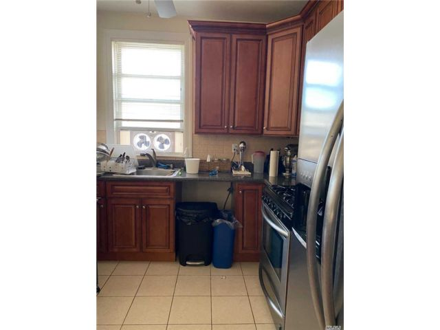 6 BR,  4.00 BTH Colonial style home in Jamaica Hills
