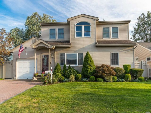 6 BR,  3.00 BTH Colonial style home in East Meadow