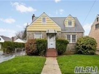 2 BR,  1.00 BTH Apt in house style home in New Hyde Park