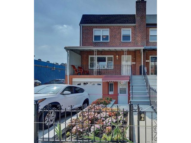 3 BR,  3.00 BTH Other style home in Astoria