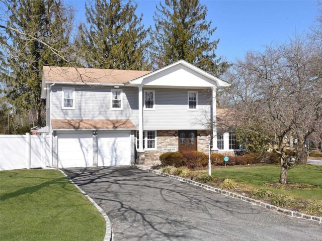 5 BR,  2.00 BTH  Colonial style home in East Northport