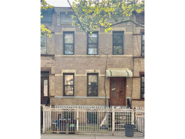 5 BR,  2.00 BTH  Townhouse style home in Ridgewood