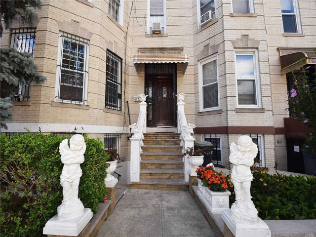 6 BR,  3.00 BTH  Townhouse style home in Ridgewood