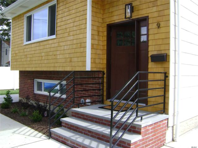 6 BR,  2.00 BTH Hi ranch style home in New Hyde Park
