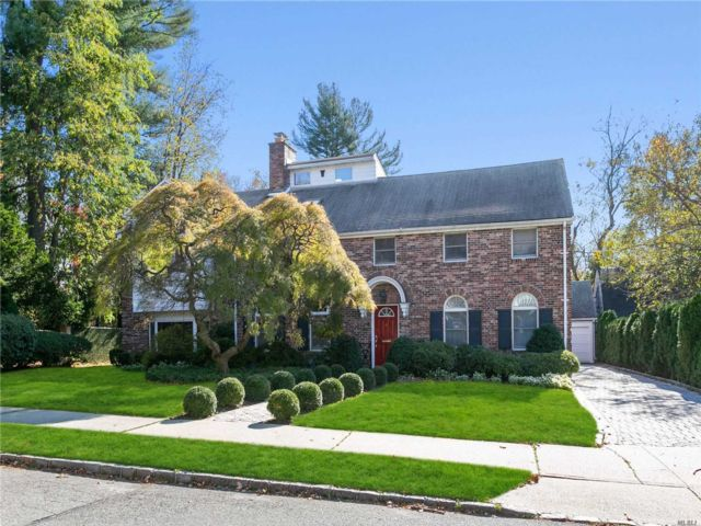 4 BR,  5.00 BTH Colonial style home in Great Neck