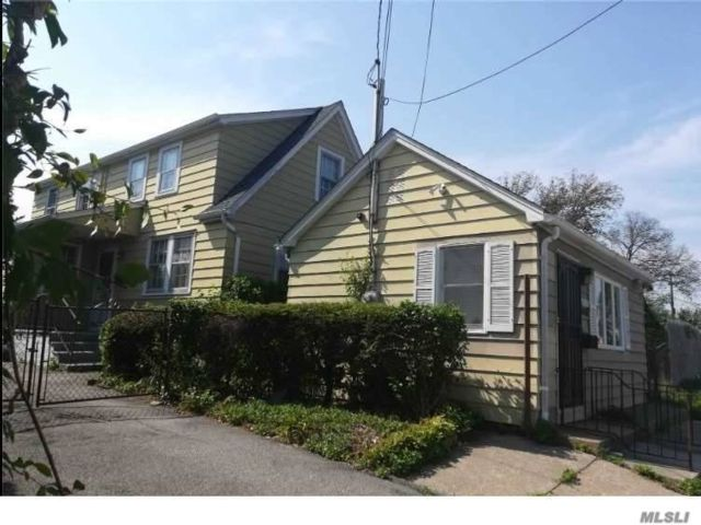 3 BR,  2.00 BTH Colonial style home in Albertson
