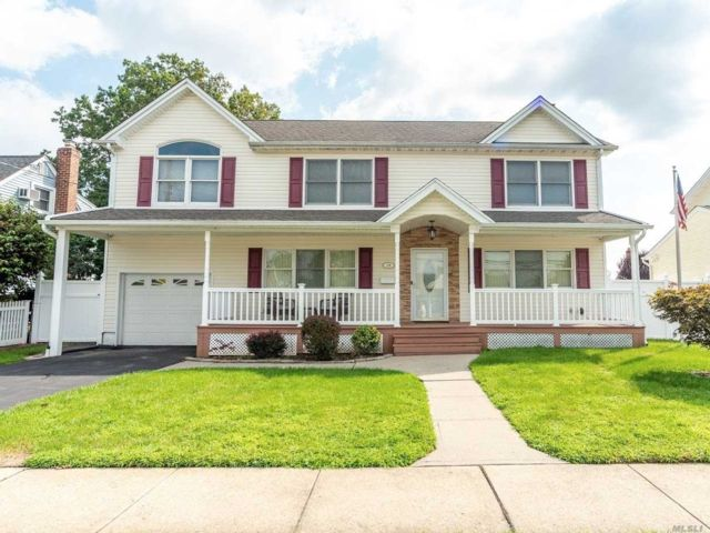 5 BR,  4.00 BTH  Colonial style home in Bethpage