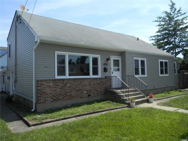 3 BR,  4.00 BTH  Split level style home in Bellmore