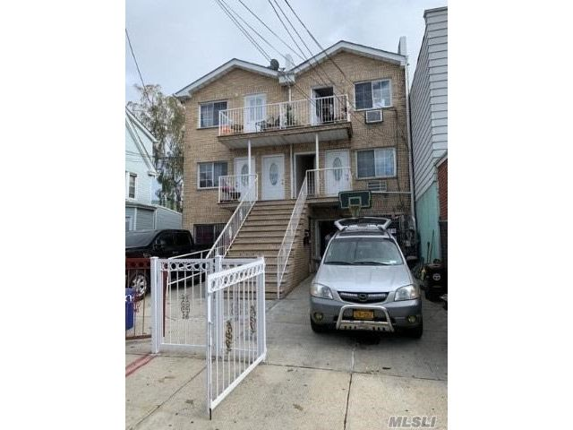 8 BR,  4.00 BTH  Colonial style home in Ozone Park