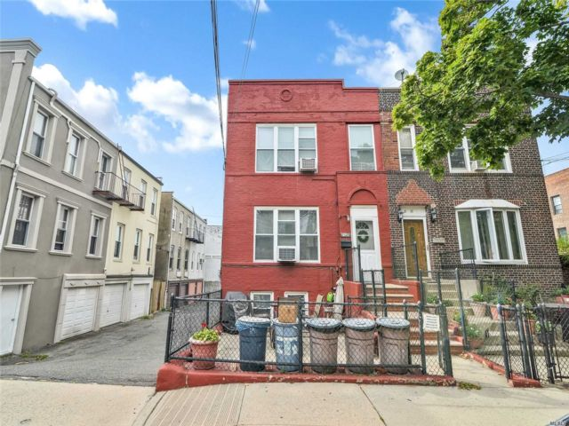 7 BR,  3.00 BTH Colonial style home in Astoria