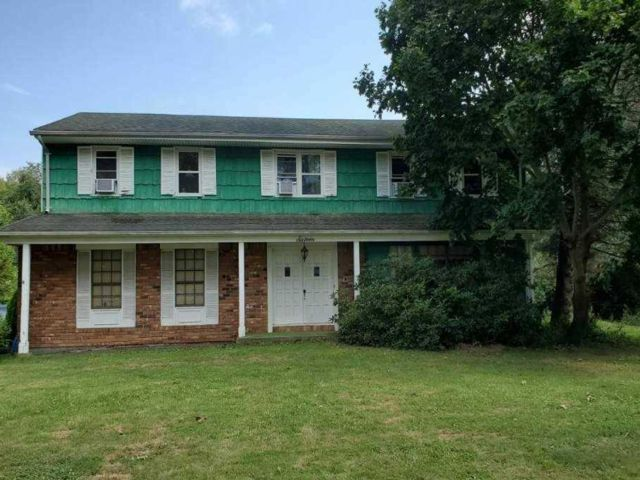 4 BR,  3.00 BTH Colonial style home in Melville