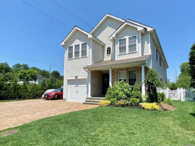 4 BR,  3.00 BTH Colonial style home in Glen Head