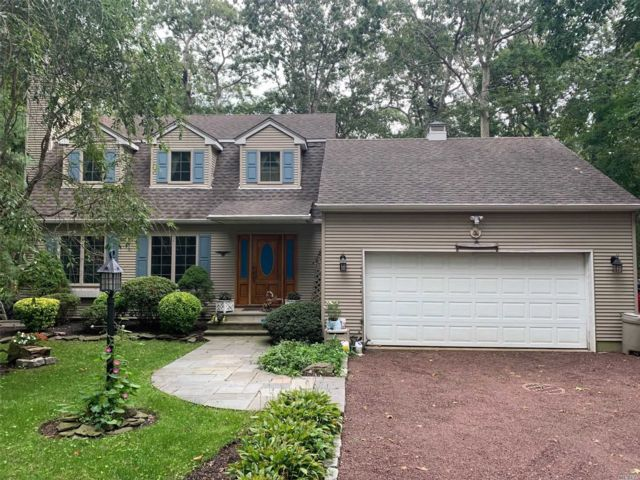 3 BR,  4.00 BTH Colonial style home in Riverhead