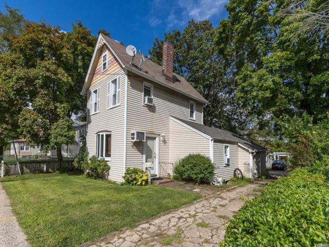 4 BR,  2.00 BTH 2 story style home in East Rockaway