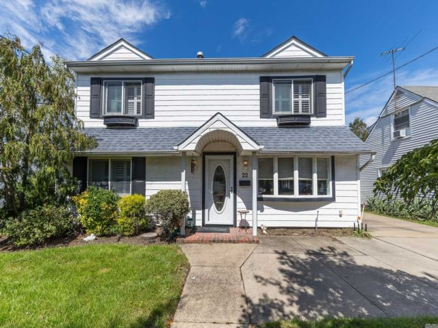 3 BR,  3.00 BTH Contemporary style home in East Rockaway