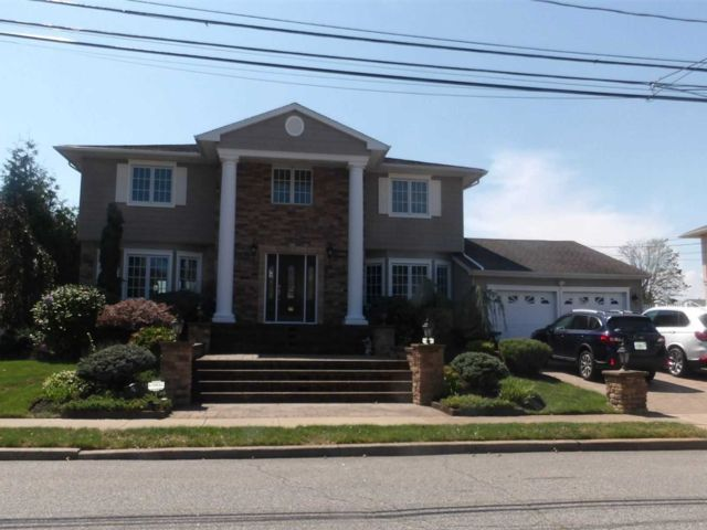 4 BR,  4.00 BTH Colonial style home in Massapequa Park