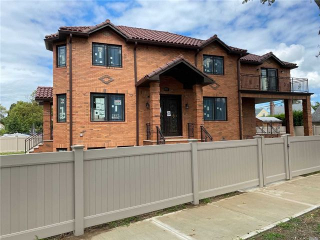 5 BR,  5.00 BTH Colonial style home in Flushing