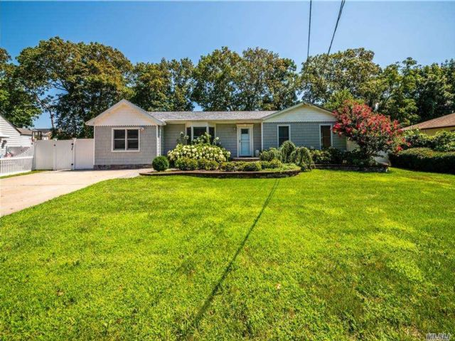 4 BR,  3.00 BTH  Ranch style home in Holtsville