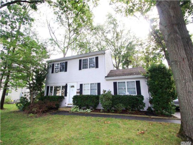 3 BR,  3.00 BTH  Exp ranch style home in West Islip