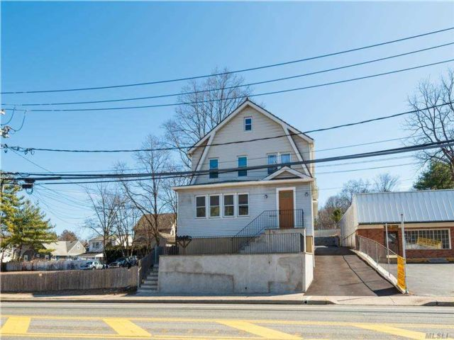2 BR,  1.00 BTH  Apt in bldg style home in Oyster Bay