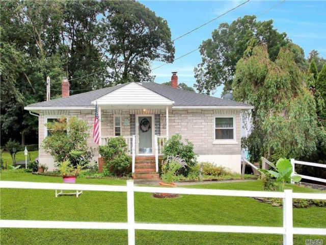 3 BR,  2.00 BTH Raised ranch style home in Wading River