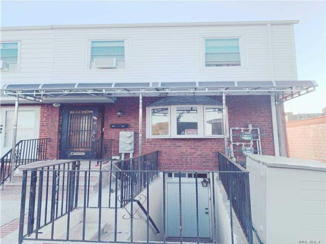 5 BR,  5.00 BTH Colonial style home in Middle Village