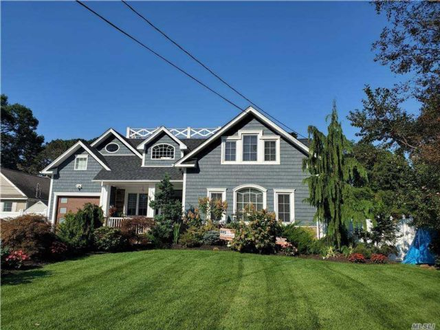 5 BR,  4.00 BTH  Colonial style home in West Babylon