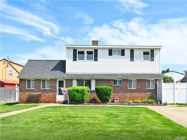 6 BR,  2.00 BTH Exp cape style home in Levittown