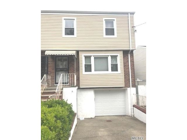 4 BR,  2.00 BTH Townhouse style home in Fresh Meadows