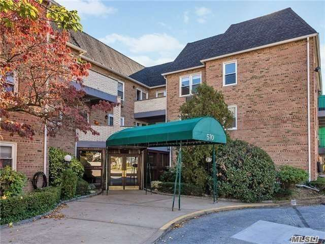 2 BR,  2.00 BTH Apt in bldg style home in Lynbrook
