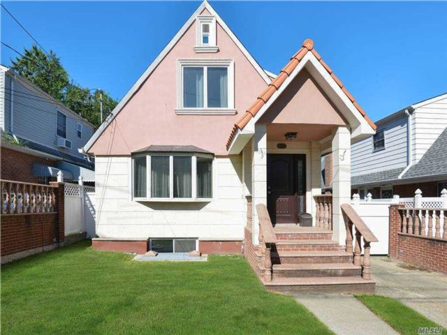 4 BR,  3.00 BTH Cape style home in Beechhurst