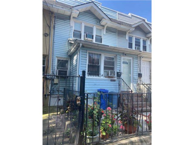 3 BR,  2.00 BTH Colonial style home in Woodhaven