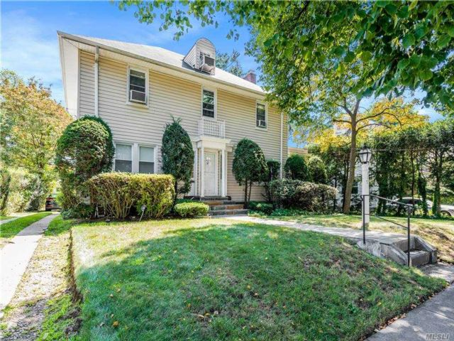 4 BR,  5.00 BTH  Colonial style home in Mount Vernon