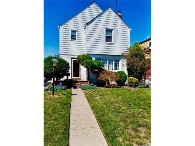3 BR,  2.00 BTH Colonial style home in Cambria Heights