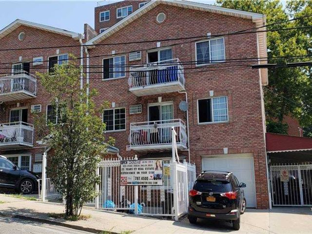 4 BR,  2.00 BTH Colonial style home in Jamaica Hills