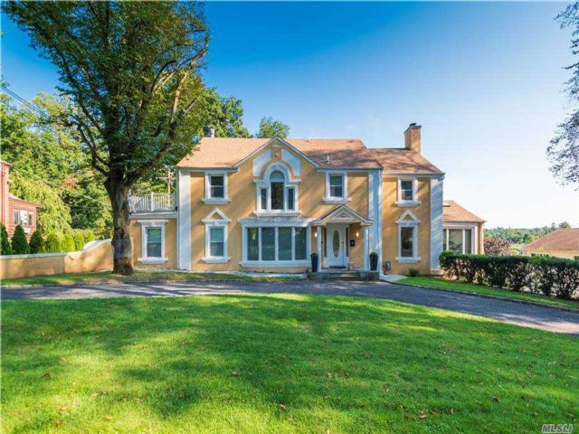 7 BR,  7.00 BTH Colonial style home in Great Neck