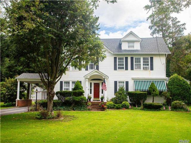 6 BR,  4.00 BTH Colonial style home in Bay Shore